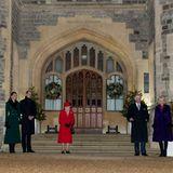 """Abends treffen Sophie und Edward (li.) auf Schloss Windsor ein. Dort entsteht dieses aktuell äußerst selten vorkommende Familienbild: Queen Elizabeth empfängt Prinz William und Herzogin Catherine (li.) zum Abschied ihrer dreitägigen Dankestour mit dem """"Royal Train"""". Auch Prinz Charles und Herzogin Camilla sowie Prinzessin Anne (re.) sind gekommen."""