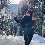 Bei herrlichem Sonnenschein durchqueren Christina und Luca die schneebehangenen Berglandschaften.