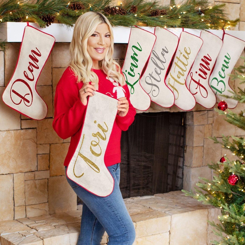 """""""Full House"""" bei Tori Spelling: Der """"90210""""-Star posiert stolz mit einemtraditionellen Weihnachtsstrumpf. Ehemann Dean und die fünf Kinder dürfen sich auch jeder über ein personalisiertes Exemplar freuen."""