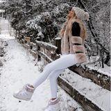 """Auch Ex-""""Bachelorette"""" Gerda Lewis wandert im farblich passenden Outfit durch hohe Schneemassen. Die Influencerin hat es in den Wintersportort Winterberg verschlagen. Mehr Winter geht kaum."""