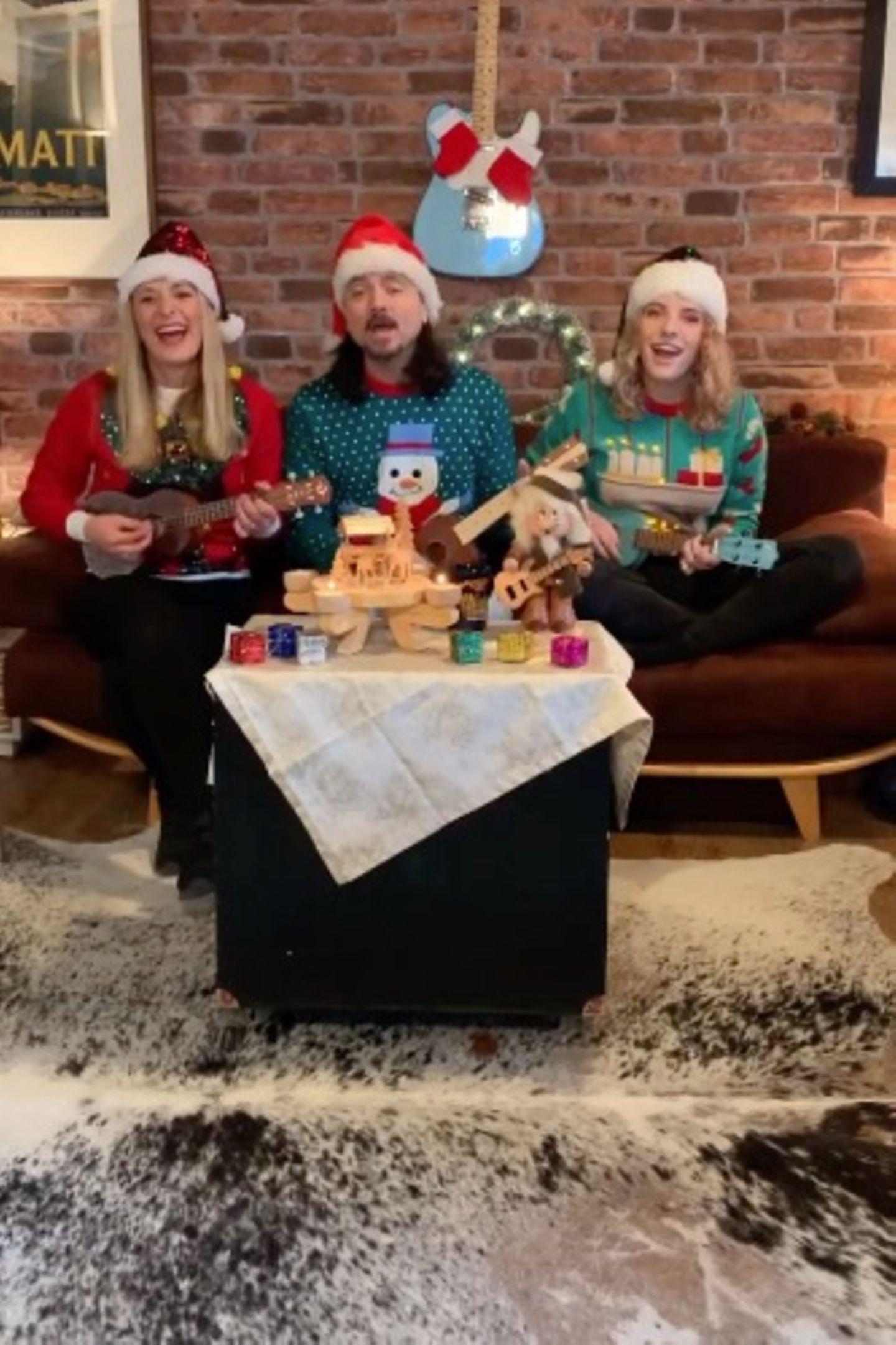 """Stefanie Hertel, ihr MannLanny Lanner und Tochter Johanna Mross stimmen am zweiten Advent lauthals """"Jingle Bells"""" an."""