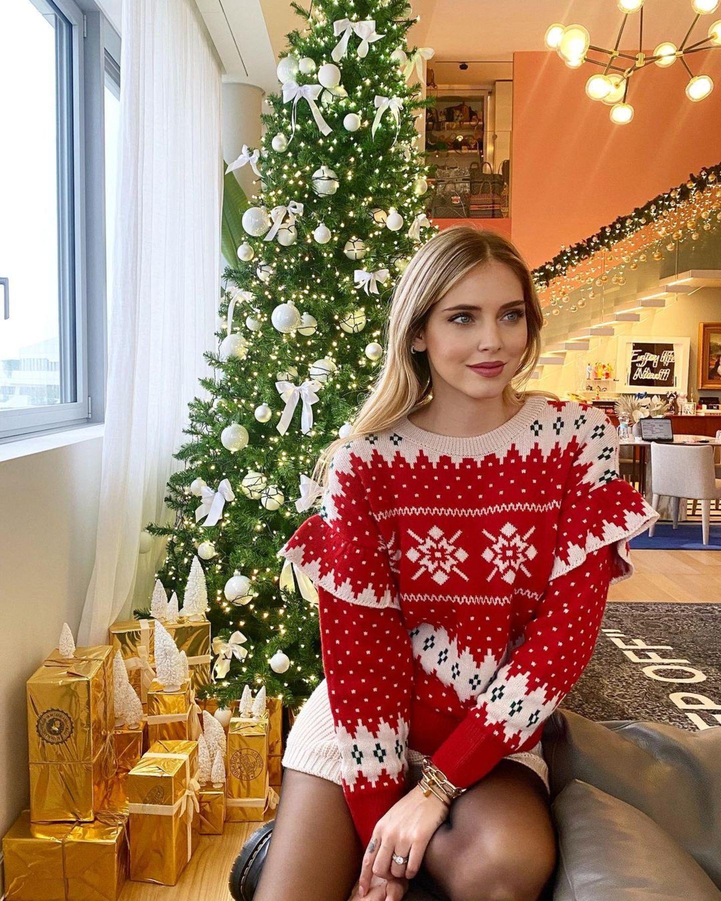 """Bei Chiara Ferragni könnte heute schon das Fest der Liebe gefeiert werden. Anfang Dezember verspürt sie schon die """"Christmas Vibes"""". Kein Wunder, bei dieser Dekoration und dem kuscheligen Weihnachtsoutfit."""