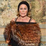 Die Schweizerin erhielt 1964 den Golden Globe Award als Beste Nachwuchsdarstellerin. 1967 stand sie in dem Film Casino Royale noch einmal als Bondgirl vor der Kamera. Heute ist die Schönheit 84 Jahre und noch immer auf diversen Abendveranstaltungen ein gern gesehener Gast.