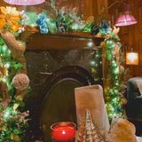 Der Kamin steht traditionell im Mittelpunkt der weihnachtlichen Dekoration. Für Kate Hudson scheint das die Gelegenheit zu sein, sämtliche verfügbare LED-Lichterketten auf einmal daran anzubringen. Nun ja, wem's gefällt...