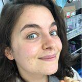 """""""Bergdoktor""""-Star Ronja Forcher postet sich auf Instagram ungeschminkt und hat dabei eine wichtige Message für ihre Follower: """"BITTE VERGESST NIEMALS: Jedes Gesicht, dass ihr auf einem Bildschirm seht, egal ob in ner Serie, im Kino, im Live Fernsehen, auf ner Streaming Plattform etc wurde oft bis zu 60 Minuten oder mehr von einem PROFESSIONELLEN MAKE UP ARTIST geschminkt und hergerichtet, so dass es bestmöglich aussieht. Nein, wir SchauspielerInnen oder Menschen aus der Öffentlichkeit schauen privat NICHT so aus wie ihr uns dann sehen könnt oder wie wir uns manchmal zeigen."""""""
