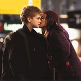 """Es ist eine der schönsten Liebesgeschichten aus dem beliebten Weihnachtsfilm """"Tatsächlich... Liebe"""": Sam, gespielt von Thomas Brodie-Sangster,verliebt sich in Joanna, gespielt von Olivia Olson, und gesteht ihr kurz vor ihrer Rückkehr in die USA am Flughafen seine Liebe!"""