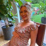 """Schauspielerin Hilary Duff zeigt sich auf Instagram strahlend mit Babykugel und Geburtstagshaarreifen.Doch dass Instagram nur eine Teilwahrheit repräsentiert, verdeutlichendie Worte, die sie in ihrer Story äußert: """"Es wäre gelogen, wenn ich sagen würde, dass ich meinen alten Körper nicht vermisse"""", offenbartsie unter zweialtenFotos von ihr – eins davon zeigt sie total trainiert im Badeanzug.Ein ehrliches Statement, dasHilary nicht nur noch sympathischer wirken lässt, sondern auch für mehr Realität auf Instagram sorgt."""