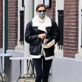 Ein weiterer Tag, ein weiteres stylishes Outfit von Irina Shayk. Diesmal setzt das russishe Topmodel direkt auf zwei absolut angesagte Trends: weiße Stiefel und dazu eine mega lässige Lammfelljacke im Oversized-Schnitt. Um ihren farblich perfekt abgestimmten Off-Duty-Style abzurunden, kombiniert sie noch eine schwarz-weiße Tasche und coole Retro-Sonnenbrille.