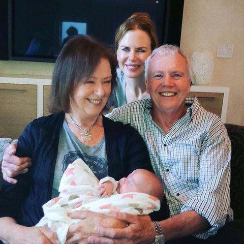"""Nicole Kidman postet auf Instagram ein fröhliches Familienbild mit ihren Eltern Janelle und Antony. Doch der Anlass ist leider ein trauriger, wie die Zeilen der Schauspielerin vermuten lassen: """"Papa, heute wäre dein 82. Geburtstag gewesen. Wir vermissen dich jeden einzelnen Tag"""". Ihr Vater ist 2014 an einem Herzinfarkt gestorben."""