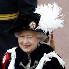 """Für die Feierlichkeiten des """"Garter Day"""" im Juni 2013 trägt Queen Elizabeth die Ohrringe selbst. Seitdem haben wir sie schon mehrmals an Kate gesehen. Die Oma von William wird es sicherlich gefreut haben, die Ohrringe an ihrer Schwieger-Enkelin zu sehen."""