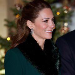 """Zum Abschluss ihrer dreitägigen Tour durch England, Schottland und Wales treffen Herzogin Catherine und Prinz William auf Schloss Windsor die Queen, Prinz Charles und Herzogin Camilla. Zu diesem besonderen Anlass wählt Kate die hängenden""""Diamond Frame""""-Ohrringe, die eine Leihgabe von der Queen sind. Die Monarchin hat die funkelnden Schmuckstücke bestimmt wieder erkannt..."""
