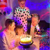 10. Dezember2020  Ach wie herrlich normal –im Pyjama, neben Mama und Papa pusten Gabriella und Jacques die Kerzen ihrer Geburtstagstorte aus. Die Zwillinge von Fürst Albert und Fürstin Charlène werden heute sechs Jahre alt. Durch die anhaltende Coronakrise, muss die große Geburtstagssause leider ausfallen – im engsten Familienkreis ist es aber eh am schönsten.