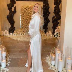 """Für Morgan Stewart, die aus der Serie """"Rich Kids of Beverly Hills"""" bekannt ist und als Moderatorin arbeitet,ist es die zweite Hochzeit; kurz vor der Geburt ihrer Tochter im nächsten Jahr hat sie Sänger Jordan McGraw das Jawort gegeben. Ihre kleine Babykugel hüllt sie in ein elegantes Blusendress von Chanel, dazu kombiniert sie Pumps von Manolo Blahnik."""