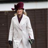 """In einem beinahe knöchellangen Max-Mara-Mantelund einem Hut, der sie buchstäblich einen Kopf größer macht, hätten wir Gräfin Sophie bei ihrem jüngsten Auftritt fast nicht erkannt. Sie besucht eine Zeremonie des Heeresmusikkorps an der """"Royal Military School of Music"""" in London. Trotz ihres sonst eher zurückhaltenden Looks, können wir den Blick nicht von ihrer Kopfbedeckung lösen..."""