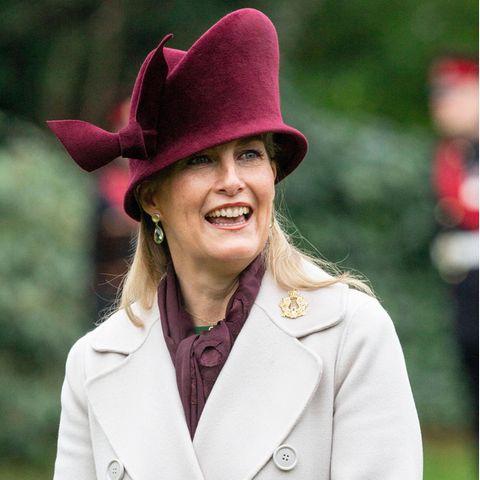 Die Größe und Form des mit roten Samt überzogenen Huts ist beachtlich. Ein skurriler Blickfang, den wir zuvor an der 55-Jährige noch nicht gesehen haben. Ob wir ihn ein zweites Mal an der Gräfin von Wessexsehen werden? Wir sind gespannt.