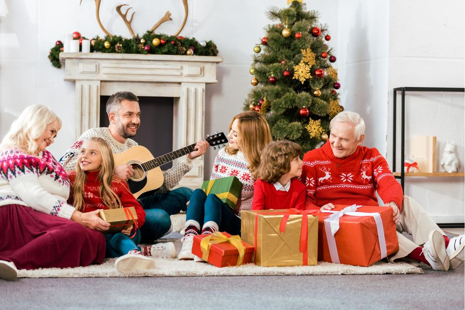 Weihnachten, Familie, Weihnachtspullover, Weihnachtsdeko, Geschenke, Vater mit Gitarre