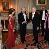 2016  Prinzessin Victoria, Königin Silvia und König Carl Gustaf begrüßen die Nobelpreisträger beim königlichen Dinner im Stockholmer Schloss.
