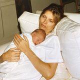 10. Dezember 2020  Erschöpft, aber glücklich: Michelle Pfeiffer überrascht ihre Instagram-Fans mit einem privaten Schnappschuss, aufgenommen kurz nach der Geburt ihres Sohnes John Henry, der am 5. August 1994 geboren wurde. Zusammen mit ihrem Ehemann David E. Kelley hat sie außerdem die ein Jahr ältere Adoptivtochter Claudia Rose.