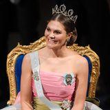 2018  Für die Verleihung der Nobelpreise im Stockholmer Konzerthaus hat Prinzessin Victoria ihr schönstes Lächeln aufgesetzt.