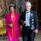 Ganz festlich schreiten Königin Silvia und König Carl Gustaf zum jährlichen Königsdinner zu Ehren der Nobelpreisträger. Silvia strahl richtig in ihrer Robe.