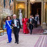 Doch am nächsten Tag, beim Einzug zum Dinner für die Nobelpreisträger, präsentieren sich Königin Silvia und Prinzessin Victoria wie gewohnt in intensiven Farben.