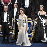 2019  Dieses Jahr erscheinen die schwedischen Royal-Damen - im Gegensatz zu den Jahren davor - in einheitlich gedeckten Farben zur Nobelpreisverleihung. Prinzessin Victoria setzt auf Schwarz und Mama Königin Silvia auf eine golden-beige Robe.