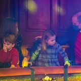 Der Abend neigt sich dem Ende. Das war eine gelungene Vorweihnachtsüberraschung. Wir hoffen in Zukunft auf noch mehr solcher Auftritte von Herzogin Catherine, Prinz William und ihren Kindern.