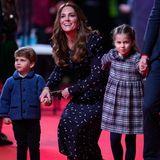 Genug Fotos! Prinzessin Charlotte scheint sich auf den Beginn der Vorstellung zu freuen und zieht ihre Eltern Richtung Eingang.