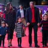 """Was für ein schöner Anblick, der uns am gestrigen Abend (11. Dezember) geboten wurde: Herzogin Kate und Prinz William erscheinen mit ihren drei Kindern zurPantomimen-Sondervorstellung """"Pantoland at The Palladium"""" in London. Dabei hat sich die Familie nicht nur farblich in dunkelblau, weiß und rot abgestimmt. Prinzessin Charlotte trägt wie ihre Mutter ein süßes Muster-Kleid, George und Louis setzen auf eine dunkle Anzugshose - wie ihr Vater. Besonders süß: Prinz Louis trägt eine royalblaue Wolljacke des Labels Amaia Kids, in der sich bereits seinältererBruder George vor einigen Jahre zeigte."""