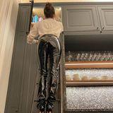 """So sieht es also aus, wenn Ex-""""Spice Girls"""" Victoria Beckham etwas aus dem obersten Fach ihres Schranks holen muss. In sexy Latex-Hose und mit High Heels (!) steigt die 46-Jährige furchtlos auf die Leiter – und präsentiert ihrewohlgeformteRückansicht. Dazu schreibt die hübsche Brünette: """"Häusliche Göttinnen tragen Plastikhosen! Sortiere noch schnell dieSnacks für die Kinder, bevor es dann zur Date-Night geht.Kann es kaum erwartenzu sehen, was du trägst"""" und vertaggt dahinter ihren Mann David Beckham. Ach, was für ein Traumpaar die beiden doch sind!"""