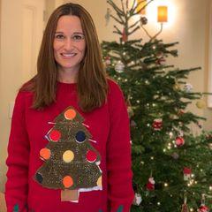 Was für ein schönes Weihnachtsfoto: Pippa Middleton gewährt uns nicht nur einen Blick auf ihren bereits geschmücktenTannenbaum, sondern auch sonst scheint die Schwester von Herzogin Kate vollends in Weihnachtsstimmung zu sein. In einem roten Pullover mit aufgedruckten Weihnachtsbaum versprüht sie auf Anhieb gute Laune. Und was wir zur Veröffentlichung des Bildes noch nicht wussten: Unter dem Tannenbaummotiv ihres Pullis versteckt sich eine kleine Babykugel. Pippaerwartet ihr zweites Kind. Was für eine süße Weihnachtsüberraschung!