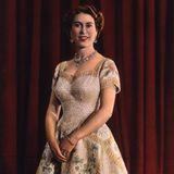 Ein bedeutender Moment für die Queen: Im Jahr 1953 wird sie zur Queen von England gekrönt und trägt dabei genau wie ihre digitale Puppe ein opulentes Kleid mit aufwendiger Stickerei.