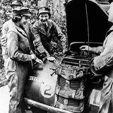 """Denn die Queen konnte in ihren jüngeren Jahren hervorragend den Schloss-eigenen Fuhrpark betreuen. 1945 nahm sie sogar an einer Ausbildung des ATS zum Automechaniker teil. Umso schöner, dass die Puppenhersteller auch diesen Aspekt ihres Lebens aufgriffen und eine """"Mechaniker Puppe"""" kreierten – wenn auch erstmal nur digital."""