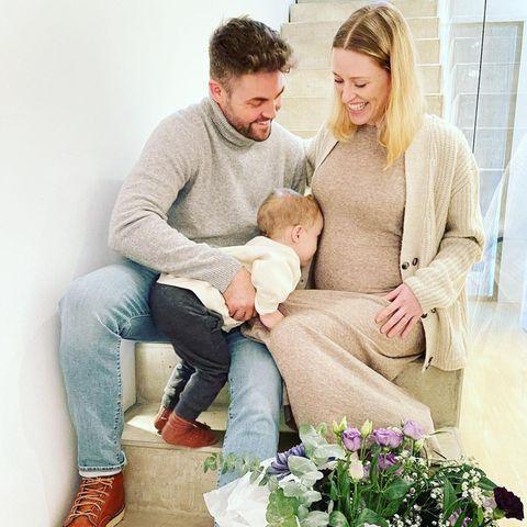 """Mit diesem süßen Foto verkündet Ben Heinrich von """"Unter Uns"""" die Schwangerschaft seiner Frau Antje."""