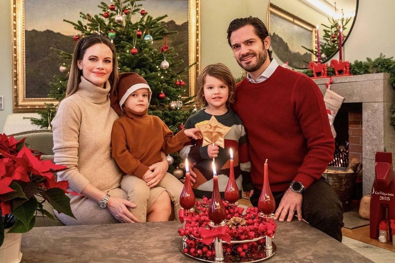 13. Dezember 2020  Prinzessin Sofia und Prinz Carl Philip senden mit ihren Söhnen Prinz Gabriel und Prinz Alexander liebe Grüße zum 3. Advent. Es ist das erste Familienfoto seit der schönen Babynews-Verkündung. Noch ist Sofias Bauch nicht allzu groß. Doch auf dem Bild gibt es eine Kleinigkeit, die bei aller Babybauchfreude bisher fast unentdeckt geblieben ist.