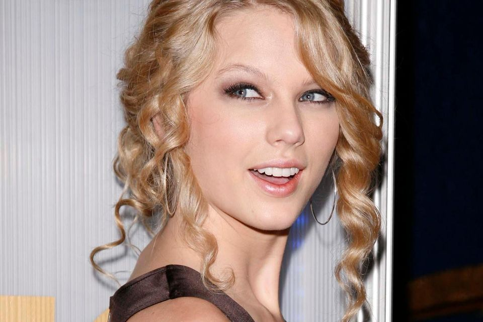 Dieser Tag dürfte Taylor Swift bis heute in Erinnerung geblieben sein: Am 12. Juni 2007 wurde die Sängerin für die Grammys als beste neue Künstlerin nominiert. Der Startschuss ihrer Bilderbuch-Karriere. Denn Taylor zählt bis heute zu einer der erfolgreichsten Sängerinnen weltweit ...