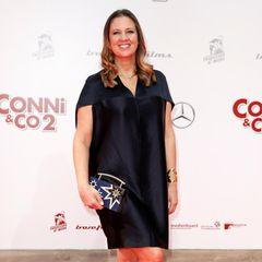 Zu einer Kino-Premiere am 9. April2017 zeigt sich Dana Schweiger in einem schwarzen Satin-Kleid mit Cape-Detail und V-Ausschnitt auf dem roten Teppich. Während sie hier noch auf eine A-Linie setzt, greift Dana heute ...