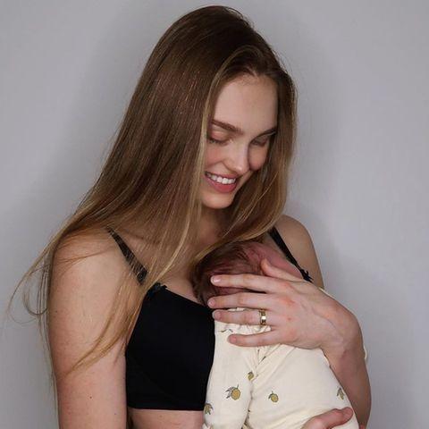 Keine zwei Wochen nach der Geburt ihrer Tochter Mint tritt Romee Strijd in BH und Leggings vor die Kamera. Überglücklich präsentiert sie sich auf Instagram und zeigt dabei ihre Figur, die nach wenigen Tagen schon wieder so schlank, wie vor der Geburt scheint. Auch ihre Modelkolleginnen sind ganz verliebt und überschütten ihren Post mit süßen Emojis.
