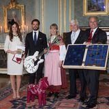 Denn das sogenannte Dalapferd (ein Symbol für Schweden) haben Prinzessin Sofia und Prinz Carl Philip zu ihrer Hochzeit geschenkt bekommen - hier bei der Geschenkübergabe am 17. Juni 2015 im Königspalast. Es ist eine Aufmerksamkeit der schwedischen Gemeinde Älvdalen, in der Sofia aufgewachsen ist.