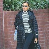 Schwarz/Weiß lautet wohl das Fashionmantra zum Jahresende von Irina Shayk. In letzter Zeit setzt das Topmodel immer wieder auf die klassischeFarbkombi – und das völlig zu Recht. Ihr neuestes Outfit, bestehend aus schwarzen Leggings, Ringelshirt, Puffercoat und Combatboots, ist super lässig und absolut trendy zugleich und somit der perfekte Go-to-Look für graue New York-Tage.