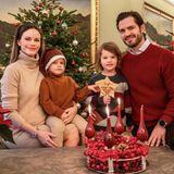 Pünktlich zum dritten Advent präsentieren sich Prinzessin Sofia und Prinz Carl Philipmit den beiden Kindern inweihnachtlichemAmbiente auf der jährlichen Weihnachtskarte. Was sofort auffällt: Prinzessin Sofia trägt den berühmten Schwangerschafts-Glow im Gesicht. Die Augen strahlen,das Haar glänzt und das Strickkleid im Beige umhüllt die kleine Babykugel. Einfach umwerfend.