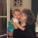 """Sam Smith  """"Wer hätte gedacht, dass ihr Enkel schön ist und eine Engelsstimme hat"""" schreibt ein Fan zu diesem Kinderbild - mit Recht! Denn bei dem süßen Fratz, der sich hier von seiner Oma knuddeln lässt, handelt es sich um den heute sehr erfolgreichen britischen Sänger Sam Smith."""