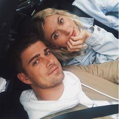 """14. Dezember 2020  Dustin Schöne postet dieses süßes Pärchenbild mit Lena Gercke auf Instagram. Die Fans sind entzückt und überhäufen die jungen Eltern mit Kommentaren wie: """"Ihr seid einfach das hübscheste und coolste Pärchen"""". Ein User merkt aber auch an, dass die beiden auf dem Bild """"jung"""" aussehen würden. Kein Wunder, bei der Aufnahme handelt es sich um einen Throwback-Schnappschuss. Aktuell beschert Baby Zoe ihnen sicherlich die ein oder andere schlaflose Nacht."""