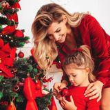 Sarah Harrison und Tochter Mia freuen sich auf Weihnachten. Das ist nicht nur an ihrem knallroten Partnerlook zu erkennen.