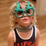 """Molly Sims postet ein niedlichesFoto ihres""""Weihnachtself"""". Gemeint ist ihr SohnGrey Douglas Stuber, der eine lustige Weihnachtsbrille trägt."""