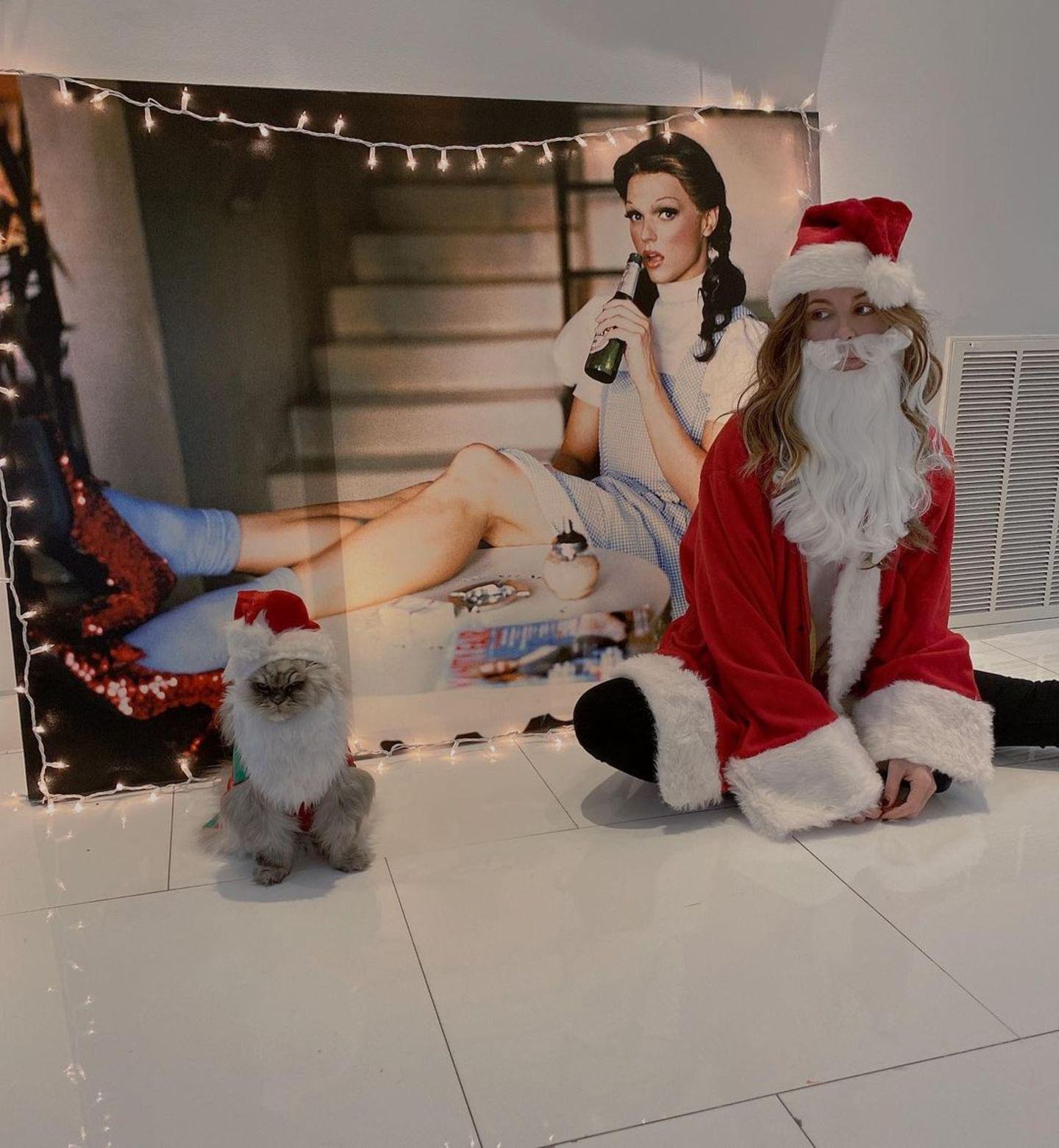"""""""Santa Babies"""" betitelt Kate Beckinsale ihr doch etwas traurig anmutendes Foto auf Instagram."""