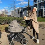 """Seine ersten Lebensmonate als Baby verbringt Rome während der Spaziergänge im """"Priam"""" von Cybex. DiesesErinnerungsfoto auf Instagram zeigt Mama Ann-Kathrin Götze beim Genießen von Kaffee und Sonnenstrahlen."""