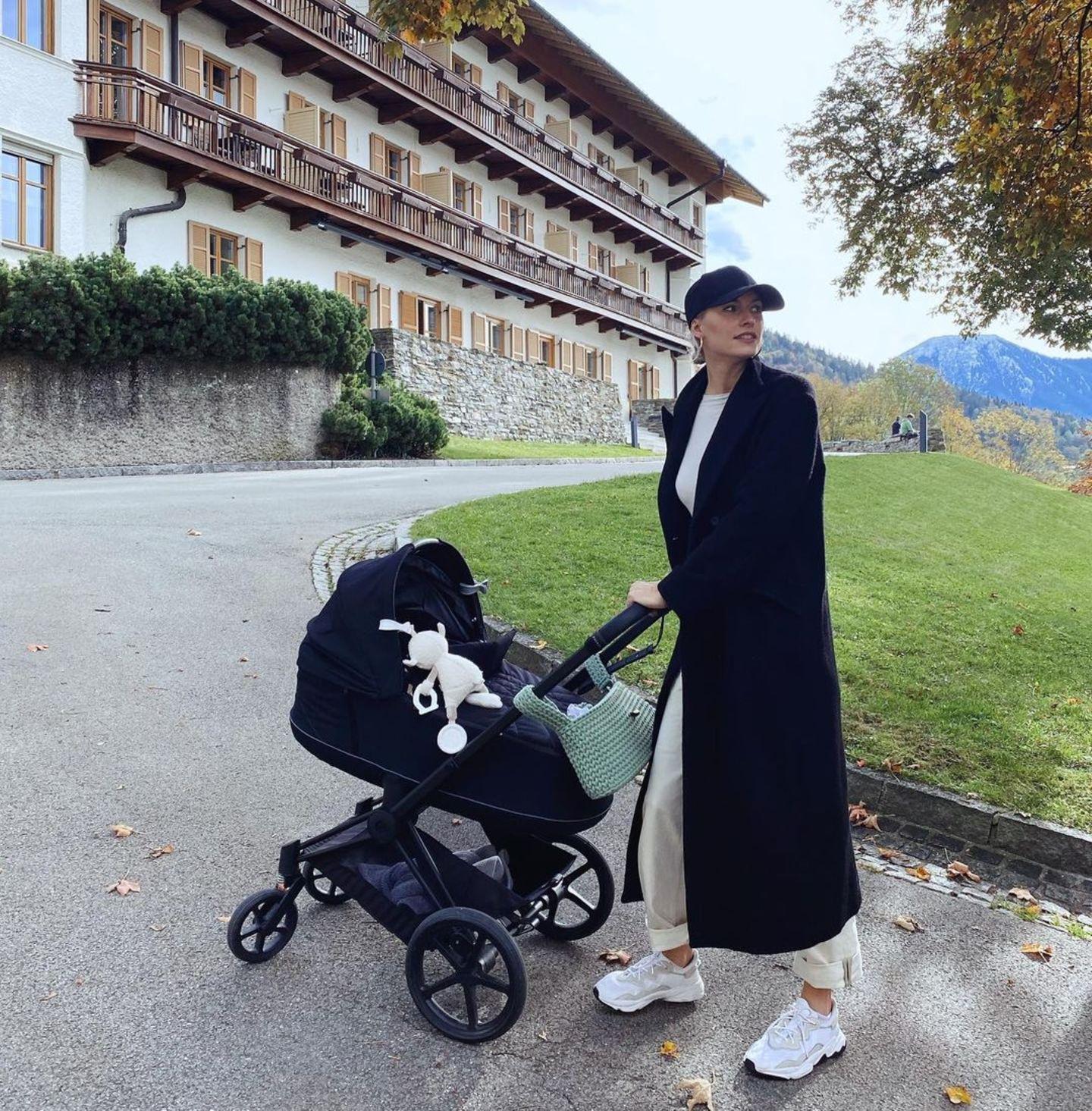 """Der """"Priam"""" von Cybex ist auch für Lena Gercke und Töchterchen Zoe der Kinderwagen ihrer Wahl. Das Modell in komplett Schwarz sieht besonders cool aus."""