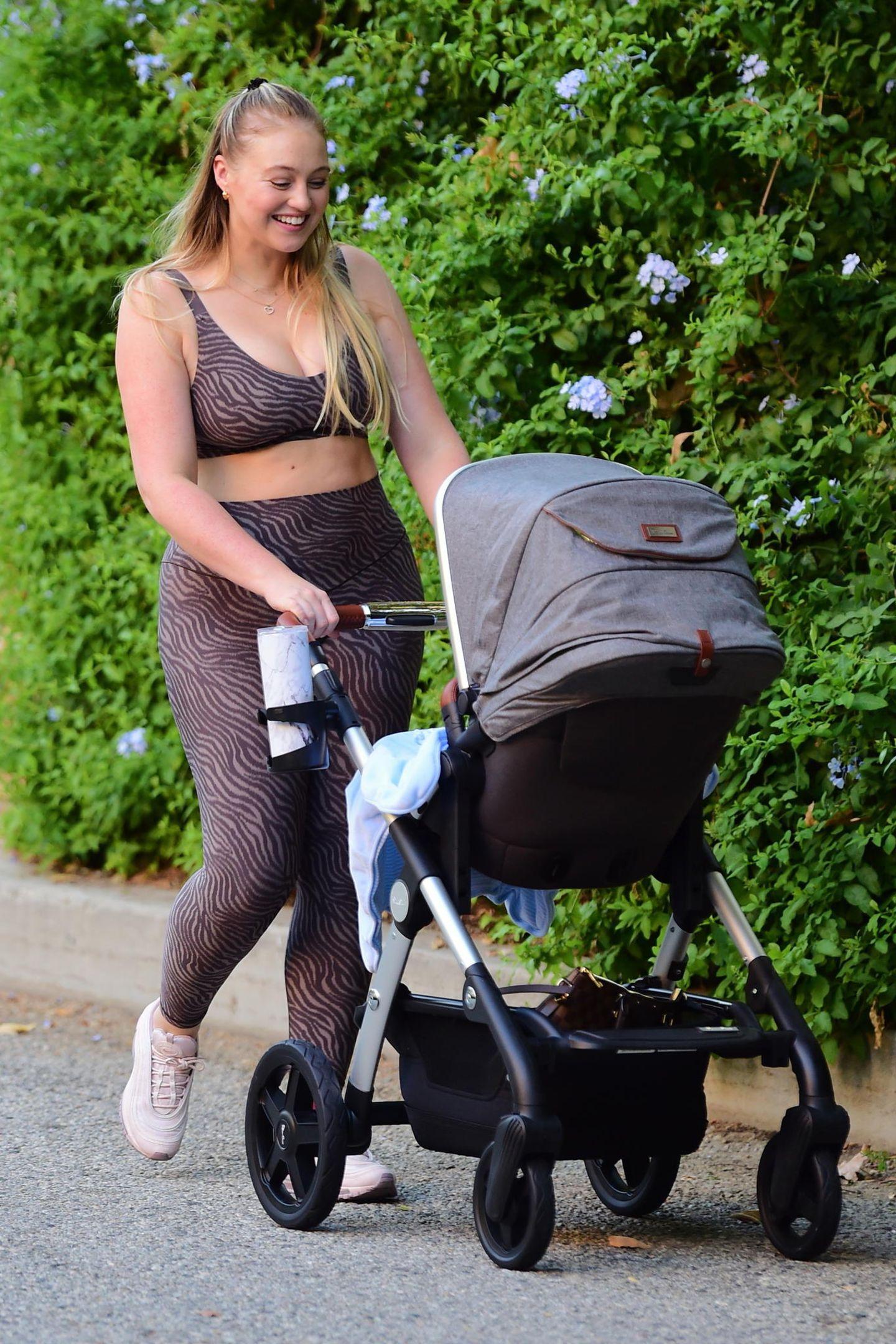 """Plus-Size-Schönheit Iskra Lawrence schiebt voller Freude ihren kleinen Sohn in dem Kombi-Kinderwagen """"Wave"""" von Silver Cross durch Los Angeles."""