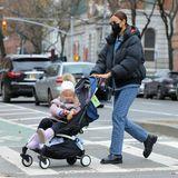 """Unter VIP-Mamis zählt der """"Yoyo"""" von Babyzen zu den angesagtesten Kompakt-Kinderwagen. Auch Irina Shayk und ihr Mini-Me Lea haben ein Modell in Blau."""